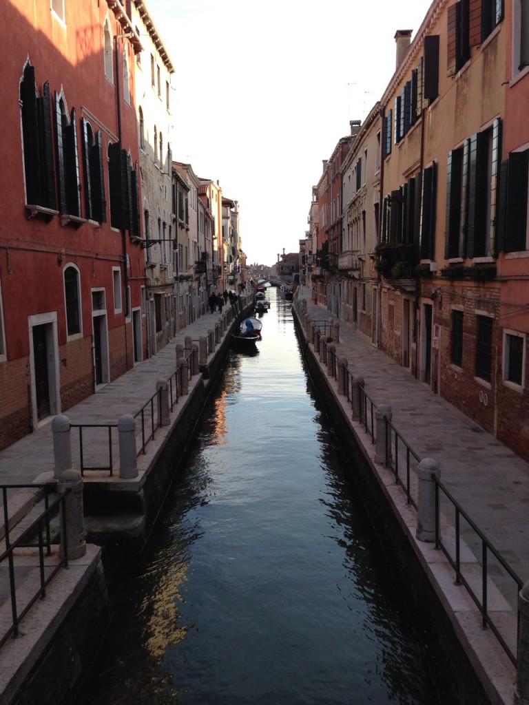 夕暮れ時のヴェネツィアの小運河