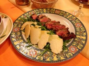 ルッコラとパルメザンチーズを添えたタリアータ